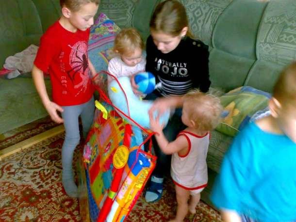 Соседи считали ее сумасшедшей с 11 детьми. Загляните в ее дом – такого не увидишь и в кино