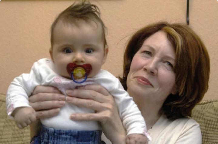 В 53-года моя мама родила ребенка и пытается отдать его мне на воспитание